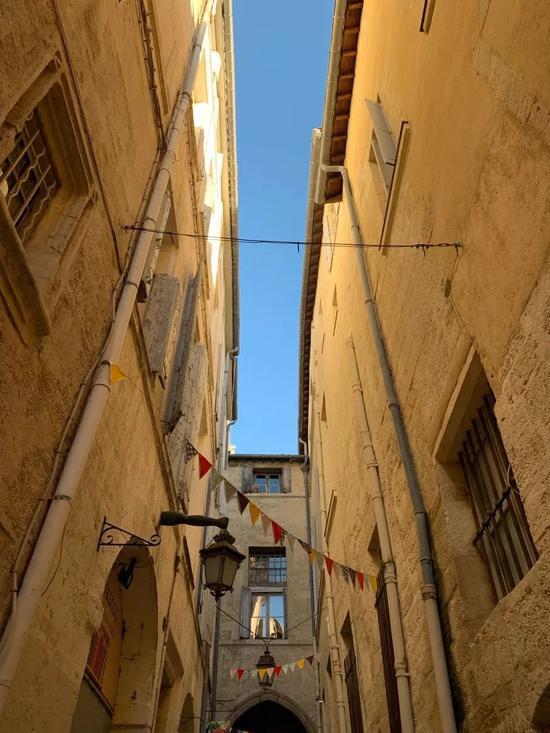 街头艺术为这座古老的城市增添了很多情趣。