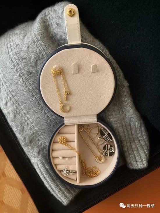 如果没有专门的收纳工具也没关系,那就把它们系在针织衫或者毛衣边上吧。