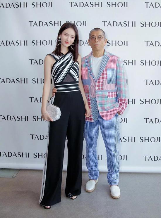 李沁现身机场赶赴米兰时装周, 衬衫加阔腿裤,同色系的搭配简约又随性。