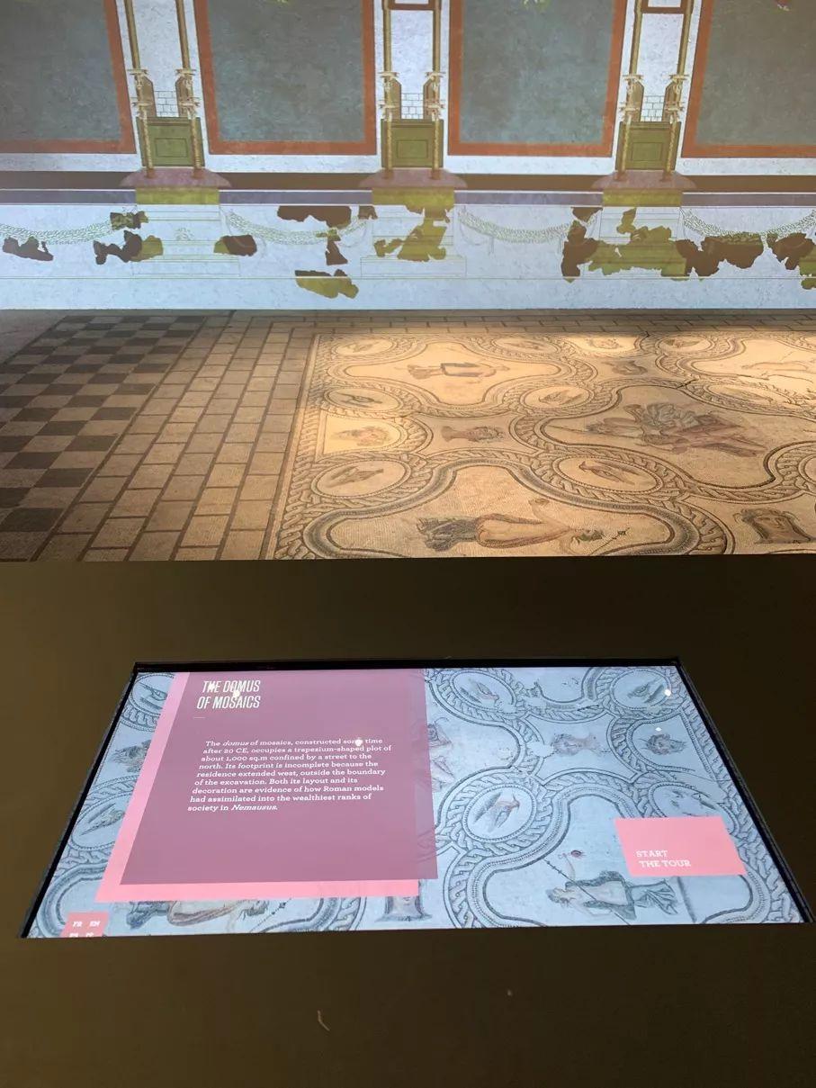 博物馆在原作旁边做了一个复制品,供小朋友和盲人用手触摸感受。