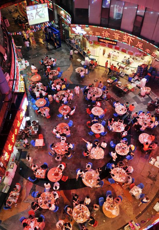 夜里吃小龙虾、喝啤酒看球的长沙人。图/视觉中国