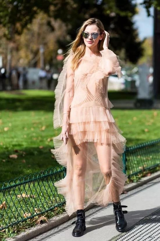 而且像这种面料大多采用纱和蕾丝的裙子,虽然质感轻盈但却容易显得膨胀。