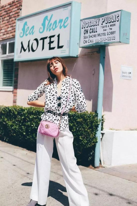 但总是黑白色系难免无聊,那么少女感满满的粉色阔腿裤也可以准备一条!