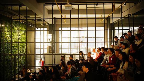 ideaPod的阶梯式会议室,给人一种学院风的印象