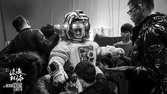 吴京穿着宇航服。