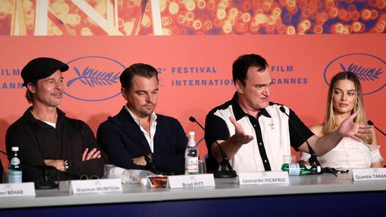 《好莱坞往事》发布会上,导演昆汀带着几位主演受访。