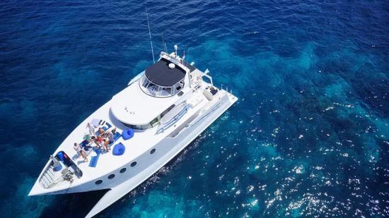 拥有一艘价值千万的豪华游艇 是怎样一种体验?