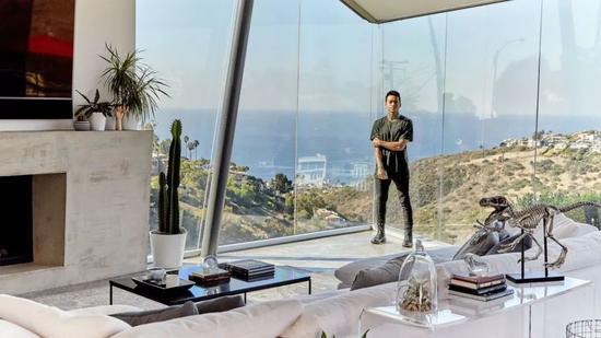 25岁就靠自己拥有了海边豪宅 他