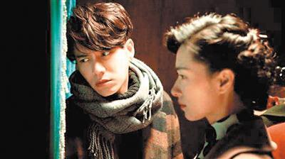 在《脱身》中,陈坤一人饰演双胞胎兄弟二人,图为哥哥乔智才。
