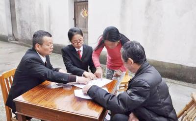 图为马鞍山市博望区人民法院法官上门调解一起离婚案件。案件双方均已年过花甲,男方半身偏瘫,不便走动。