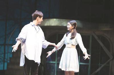黄磊大女儿多多(右)出演赖声川执导的话剧《水中之书》。 (上剧场供图)
