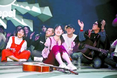 《这!就是原创》的海选现场,音乐人席地而坐,与导师面对面演唱。
