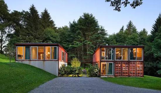 把集装箱外立面设计成大片的落地窗,也很有豪宅的范儿有没有.