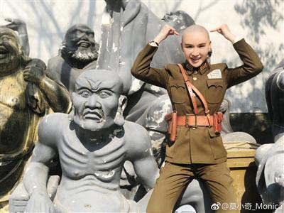 为了拍摄电视剧《天衣无缝》,莫小奇剃了光头。