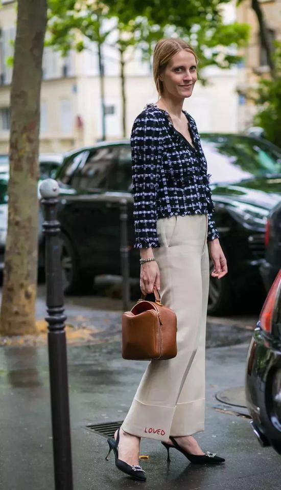纯色连体阔腿裤搭配运动鞋别有一番韵味,搭配墨镜就很有高街范儿了呢。