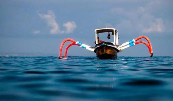 被称为jukungs的小型支腿船