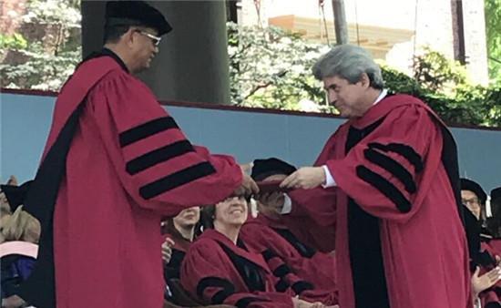 授予艺术荣誉博士学位
