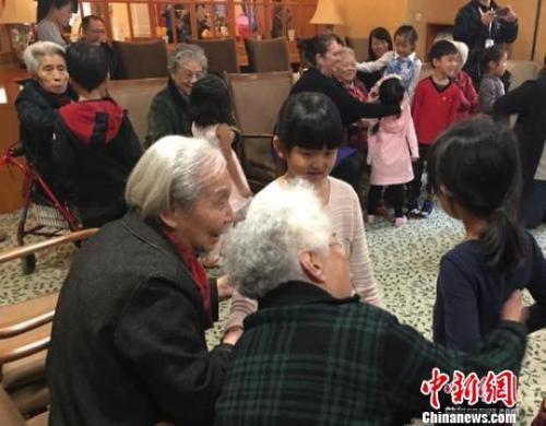 資料圖:北京一家養老機構內,老人們與幼兒園小朋友一起做遊戲。 杜燕 攝