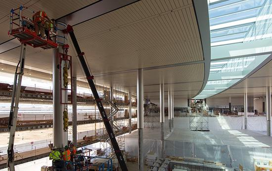 施工中的新苹果总部,看起来确实有高天棚的开放式空间