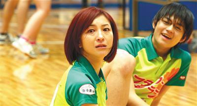 """""""老女神""""广末凉子(左)出演问题少妇。"""