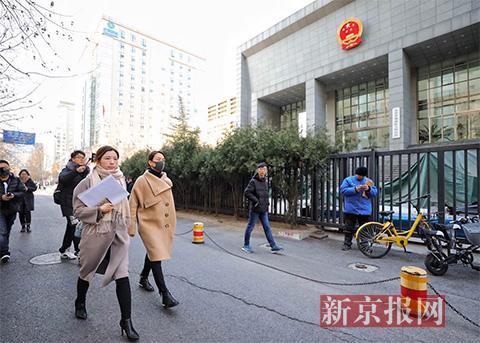马苏走进法院。新京报记者 王飞 摄