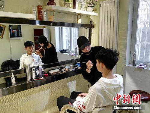 一位艺考生在造型室化妆。中新网记者 宋宇晟 摄