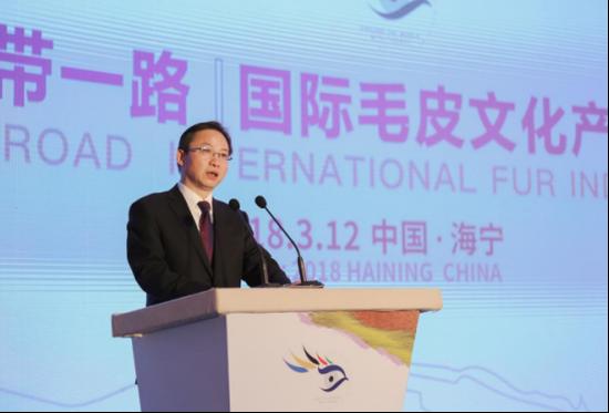 """海宁中国皮革城董事长张月明代表中国业界在""""一带一路""""国际毛皮文化产业高峰论坛上作题为《世界毛皮产业的挑战和机遇》的主题演讲。"""
