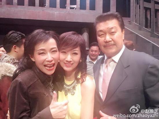 此前赵雅芝携先生为叶童舞台剧捧场,两人亲密合影。