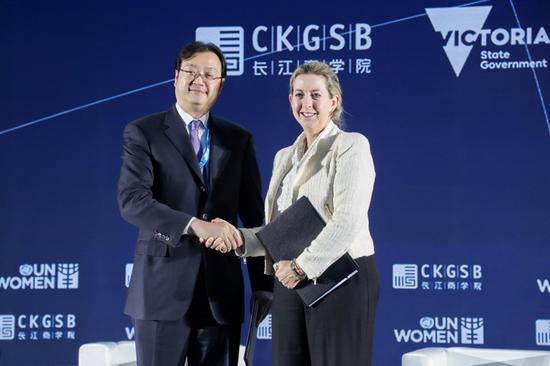 长江商学院助理院长周立与澳大利亚维多利亚州政府大中华区副专员Lisa RENKIN女士签署《中澳女性创业创新合作意向书》