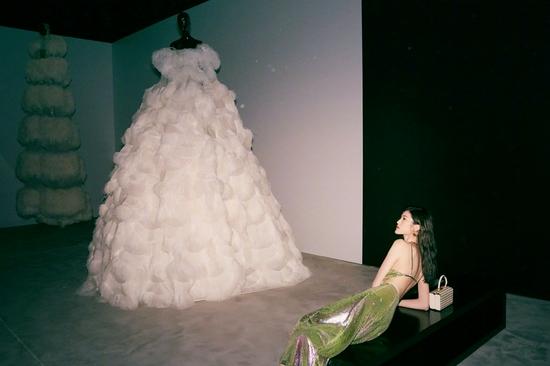 何穗着亮片长裙身材曼妙 妆容精致氛围感十足