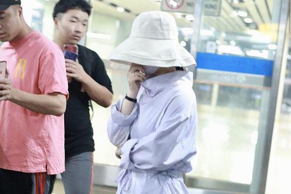 赵丽颖产后现身机场包裹严实