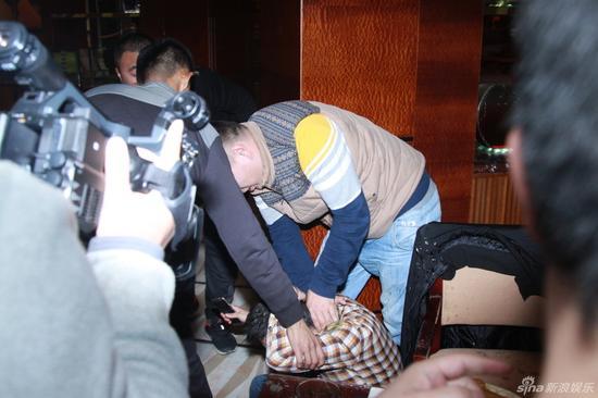 媒體圍觀黃聖依工作人員潑記者果汁 總覺得哪裡不對