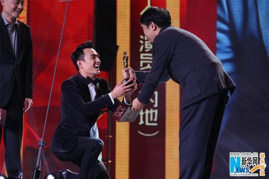 王凱靳東單膝下跪領獎表敬意 被贊謙遜