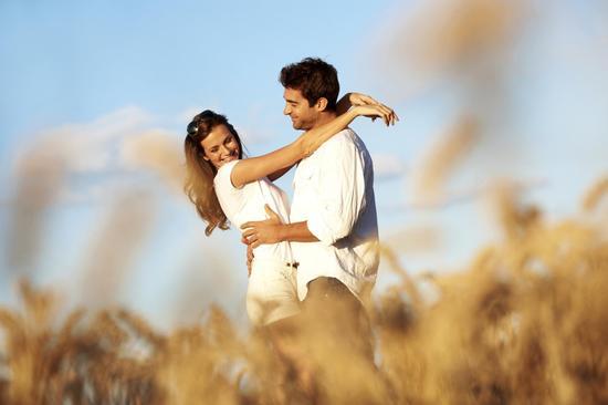 戀愛心理學:男人6個小動作 暗示他喜歡你