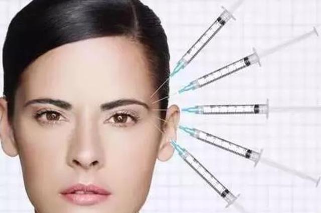 (文章来源于微信公众号:整形医师依娜)   水光针医美补水神器。它是向皮肤表层注射玻尿酸,从而实现长效补水的功能。   玻尿酸医美注射材料。那么,水光针的玻尿酸,与我们平时隆鼻、丰额头的玻尿酸有什么区别呢?   水光针&玻尿酸大不同    水光针到底是用来做什么的?   既然水光针里含有玻尿酸,那么答案必然是:补水保湿。有时医生根据您的个人诉求,也会加入其它的一些物质,比如美白的VC成分。   而玻尿酸针剂跟水光针最根本的区别是:填充凹陷(丰脸颊、丰苹果肌、丰太阳穴)、填深层皱纹(法令纹