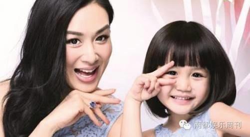钟丽缇和女儿合影