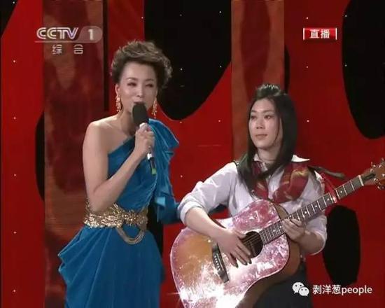 2011年春晚,西单女孩登台献唱。
