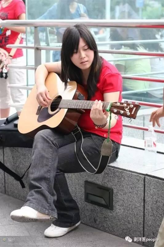 2009年6月,任月丽参加一档选秀节目,在场外候场。受访者供图