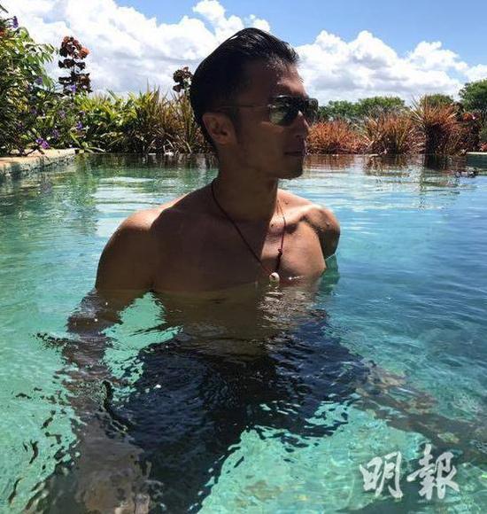 谢霆锋抽空游泳秀出结实肌肉,做老板也要锻炼身体。