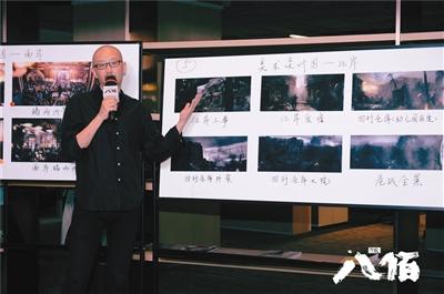 导演管虎展示电影场景图。