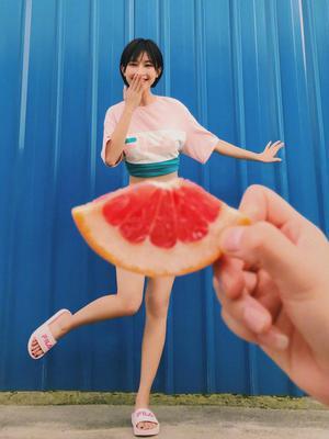张俪夏日花样大片 水果和蔬菜小裙子新意十足
