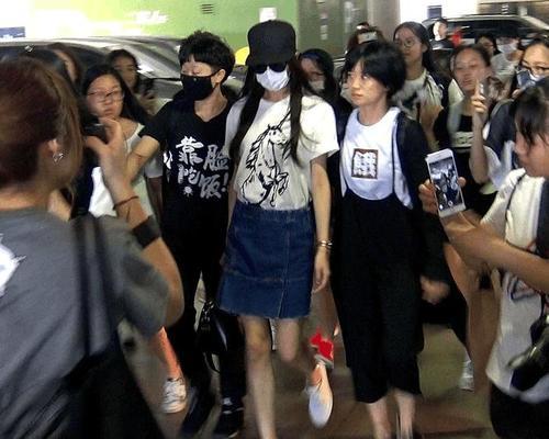 同是现身机场,刘诗诗素颜无人识,唐嫣却被粉丝簇拥|刘诗诗|唐嫣|机场