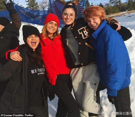 赛琳娜与好友滑雪
