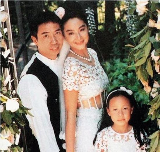 当年林青霞嫁给邢李㷧,在旧金山举行盛大的户外婚礼,满园布满了林青霞最爱的香槟玫瑰