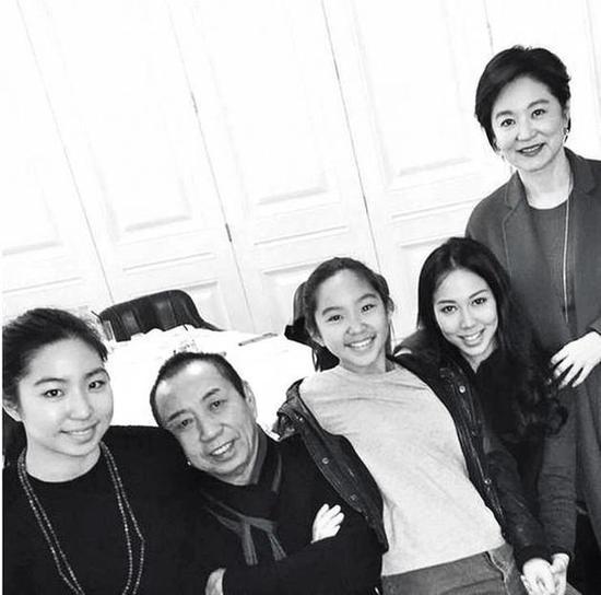 林青霞(63岁)跟邢李㷧(68岁)一家有3个女儿;大的是前妻张天爱所生,不过也是林青霞将她带大