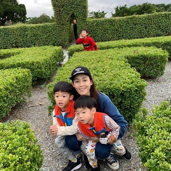 范玮琪与双胞胎儿子