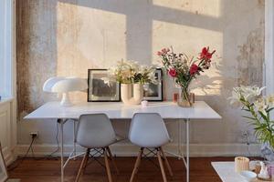 斑驳破旧的墙面搭配清爽的家具 竟然这么合得来