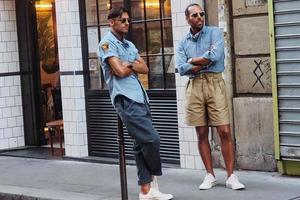 短裤也能穿得体面?这些穿法让男女都动心