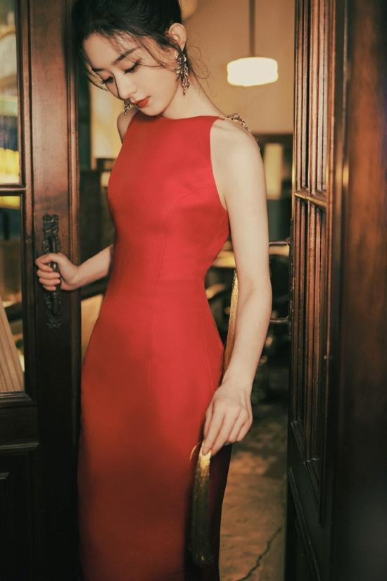 赵丽颖流苏红裙优雅复古 暖光之下摇曳生姿