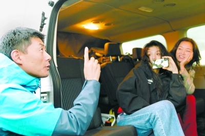 总导演赵琦(左)在《奇遇人生》拍摄现场